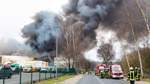 Feuerwehren kämpfen gegen Hallengroßbrand