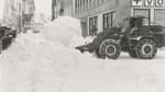 Nur noch mit schwerem Gerät  konnten die Helfer den Schneemassen Herr werden – und türmten meterhohe Schneeberge auf, wie auf diesem Bild an der Ecke Schul- und Lange Straße.
