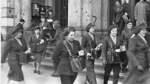 Häufig im Stadtbild der 1960er-Jahre zu sehen: Briefträgerinnen auf dem Weg in die Stadtteile.