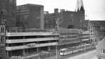 Dem Parkhochhaus-Neubau der Baumwollbörse wird im April 1961 die Richtkrone aufgesetzt.