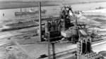 1961: Blick auf das Stahlwerk. Im Vordergrund ist der Hochhofen zu sehen. Im Hintergrund die Weser.