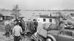 1962 tobt ein Orkan über Norddeutschland - und löst die größte Flutkatastrophe seit 137 Jahren aus. Das Bild zeigt überschwemmte und zerstörte Parzellen am Rablinghauser Deich.