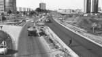 Diese Aufnahme zeigt die neue, auf vier Spuren ausgebaute Franz-Schütte-Allee an der Autobahnauffahrt Bremen-Vahr im September 1963.