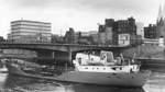 Blick auf die Wilhelm-Kaisen-Brücke im Jahr 1964. Im Hintergrund zu sehen: das mittlerweile aus dem Stadtbild verschwundene Kühne+Nagel-Gebäude, das seit 2017 einem Neubau weichen muss.