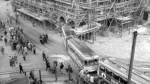 Beim Zusammenstoß zweier Straßenbahnen im September 1964 wird ein Waggon in die Arkaden des Rathauses gedrückt.