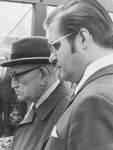 Hans Koschnick (vorne) wird 1967 Präsident des Bremer Senats und damit Bremens Bürgermeister. Bis 1985 behält er dieses Amt. Auf dem Bild ist er zusammen mit dem Alt-Bürgermeister Wilhelm Kaisen zu sehen.