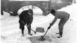 Damit genügend Sauerstoff für die Fische ins Wasser gelangt, wurden im Bürgerpark Löcher in die Eisdecke der Gewässer geschlagen. Anschließend wurden Strohbündel in die Öffnungen gestopft, um ein Zufrieren zu verhindern.