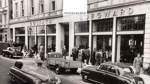 Die Kultmarken Borgward und Goliath prägen dieses Bild von Georg Schmidt, das die Bremer Innenstadt in den frühen Fünfzigerjahren zeigt.