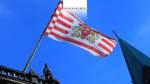 Dieses Bild von Frank Thomas Koch bringt die wehende Fahne mit dem Wappen der Freien Hansestadt Bremen in Ihr Büro.