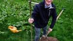 Wessel pflanzt Bäume und wirbt für Vertragsnaturschutz
