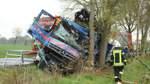 Lkw-Fahrer nach Unfall eingeklemmt