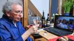 Weinprobe im Wohnzimmer