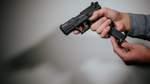 Mann schießt mit Schreckschusswaffe vom Balkon