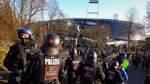 Mit Wasserballons gegen die Polizei