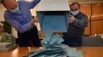 Lemwerder: Bürgermeisterwahl - Auskippen der Briefwahlbögen