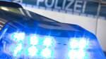 Laster reißt mit Kran Schilderbrücke ab