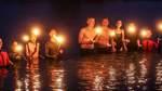 Fackeln, Feuerwerk und eine Taufe