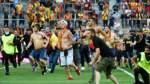 Fans stürmen Spielfeld bei Partie Lens-Lille und raufen sich