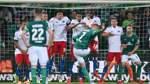 Dieser Freistosstreffer von Marvin Ducksch (Werder Bremen), vorne mitte, wird nicht anerkannt, weil Mitchell Weiser (Wer