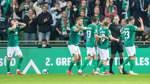 Mitchell Weiser ( 8, Werder Bremen) ärgert sich, Sascha Stegemann (Schiedsrichter / referee) nimmt das Tor von Marvin Du