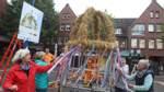 Strohkrone schmückt den Marktplatz