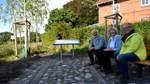 Drei Birken und ein kleines Denkmal