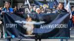 Tierschützer protestieren gegen Affenversuche in Bremen